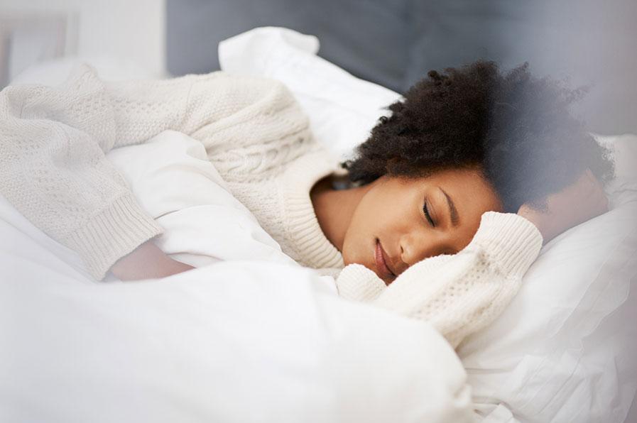 Mulher dormindo na cama - fases do sono