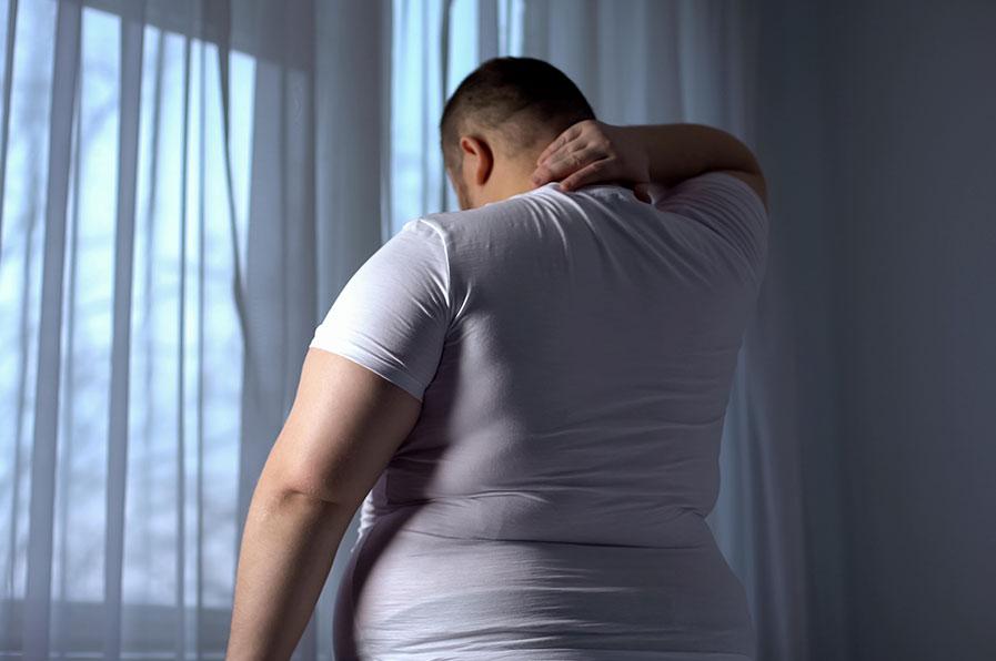 Pessoa obeso com dificuldade de dormir