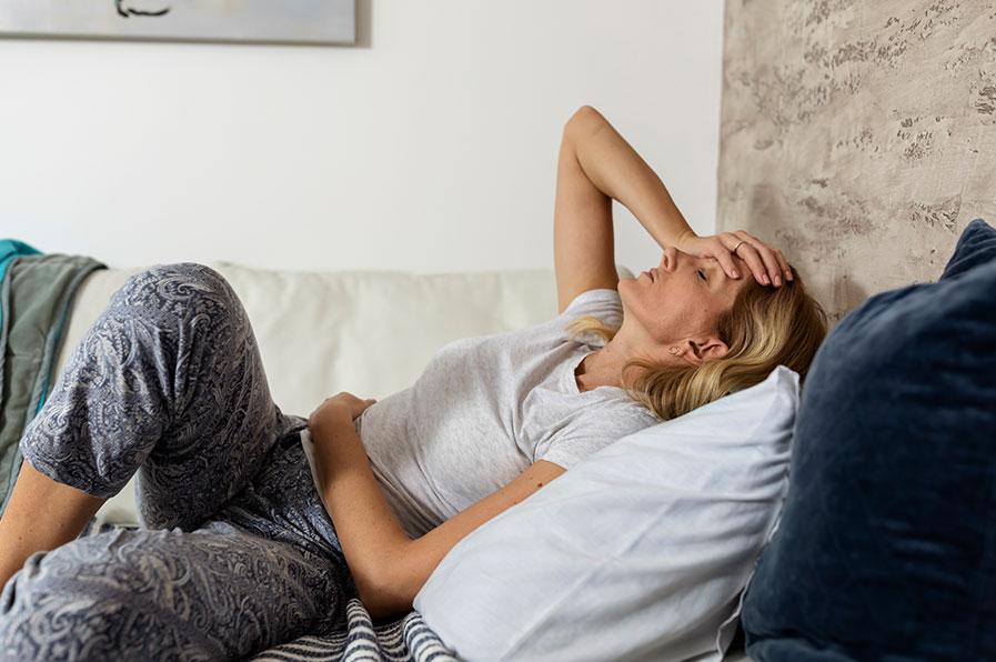 Mulher deitada com incômodo