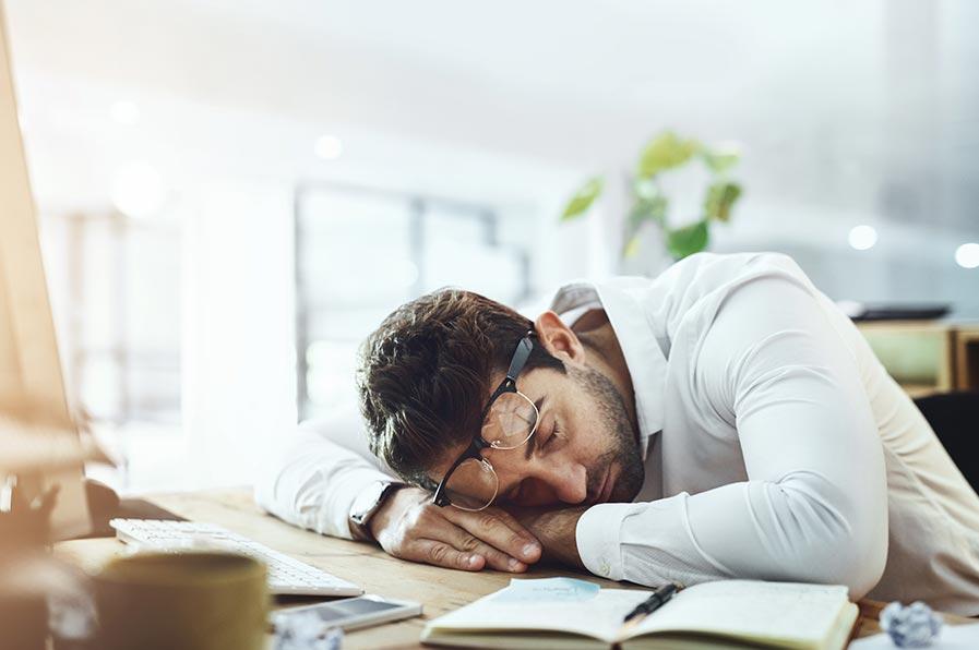 Rapaz exausto, numa clara demonstração do impacto que o sono causa na aprendizagem
